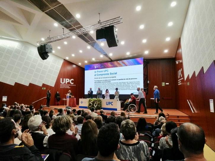Membres del grup BIOMEC rebent el premi durant l'acte d'inauguració del curs acadèmic 2021-2022.