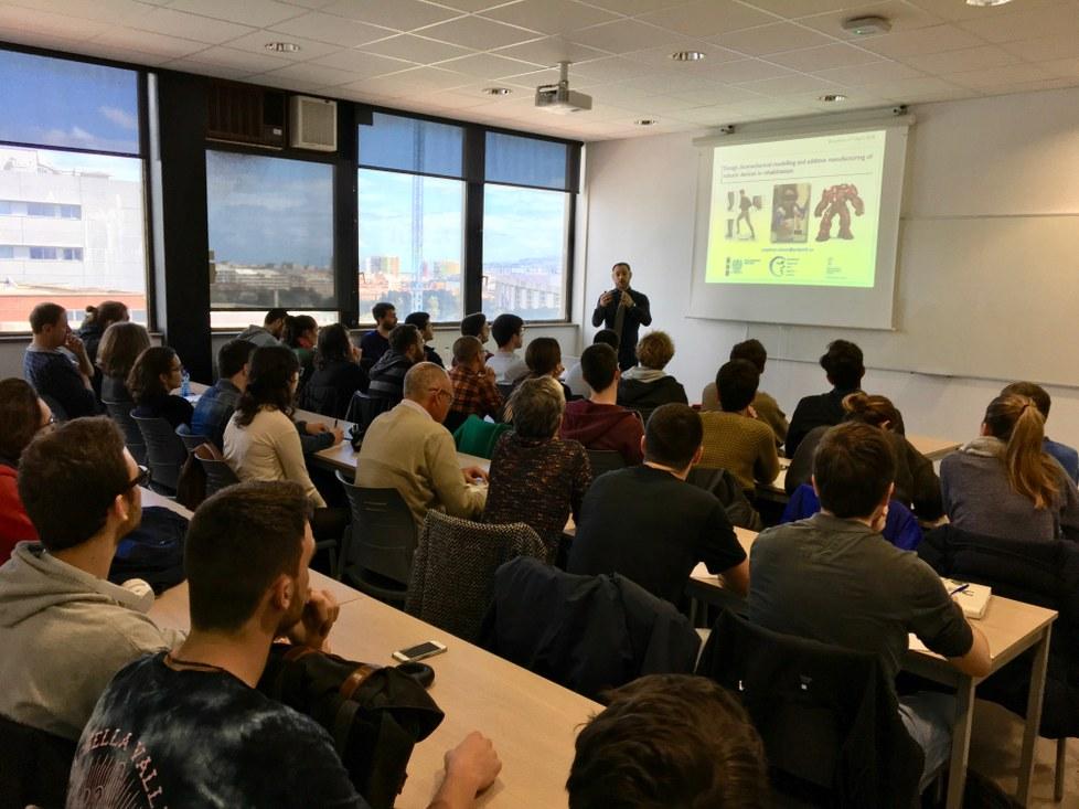 El profesor Maxime Raison impartiendo el seminario en la ETSEIB.